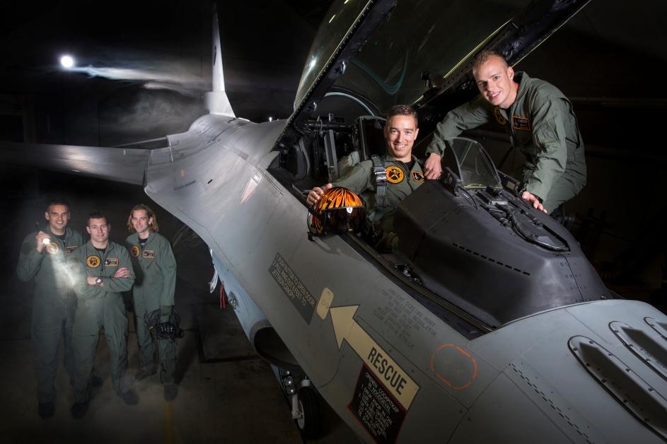 Leeuwarden, 7 mei 2014 Groepsfoto TD F-16 Demoteam 2014; © Hamilton International Ltd.