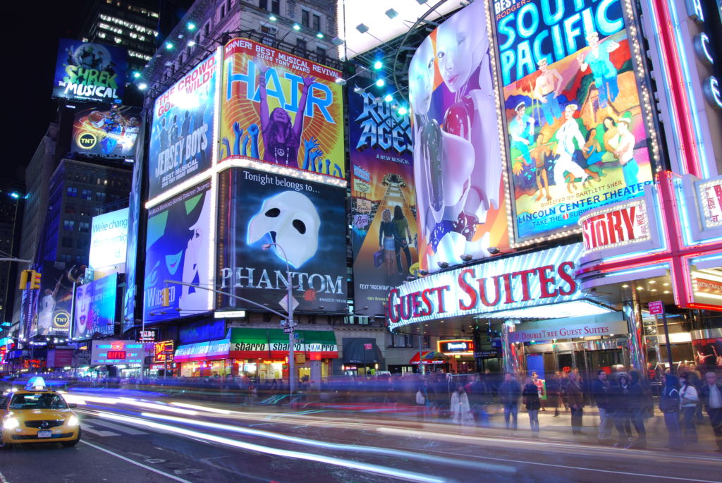Broadway-Show-Werbung am Times Square, New York; Bild: Von UpstateNYer - Eigenes Werk, CC BY-SA 3.0, https://commons.wikimedia.org/w/index.php?curid=8138348