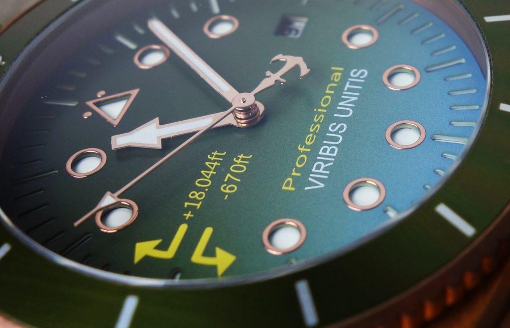 Viribus Unitis Bronze Uhr grün Farbverlauf