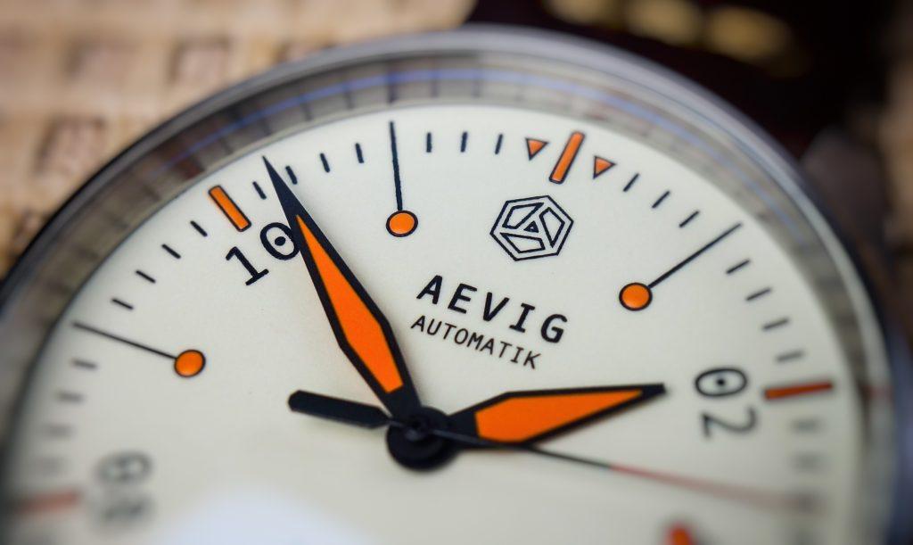 Aevig Corvid Orange Zeiger Micro Brand
