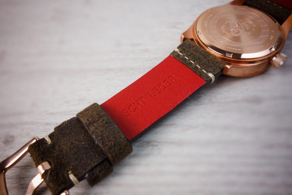 rotes Lederband innen Uhr Elysee