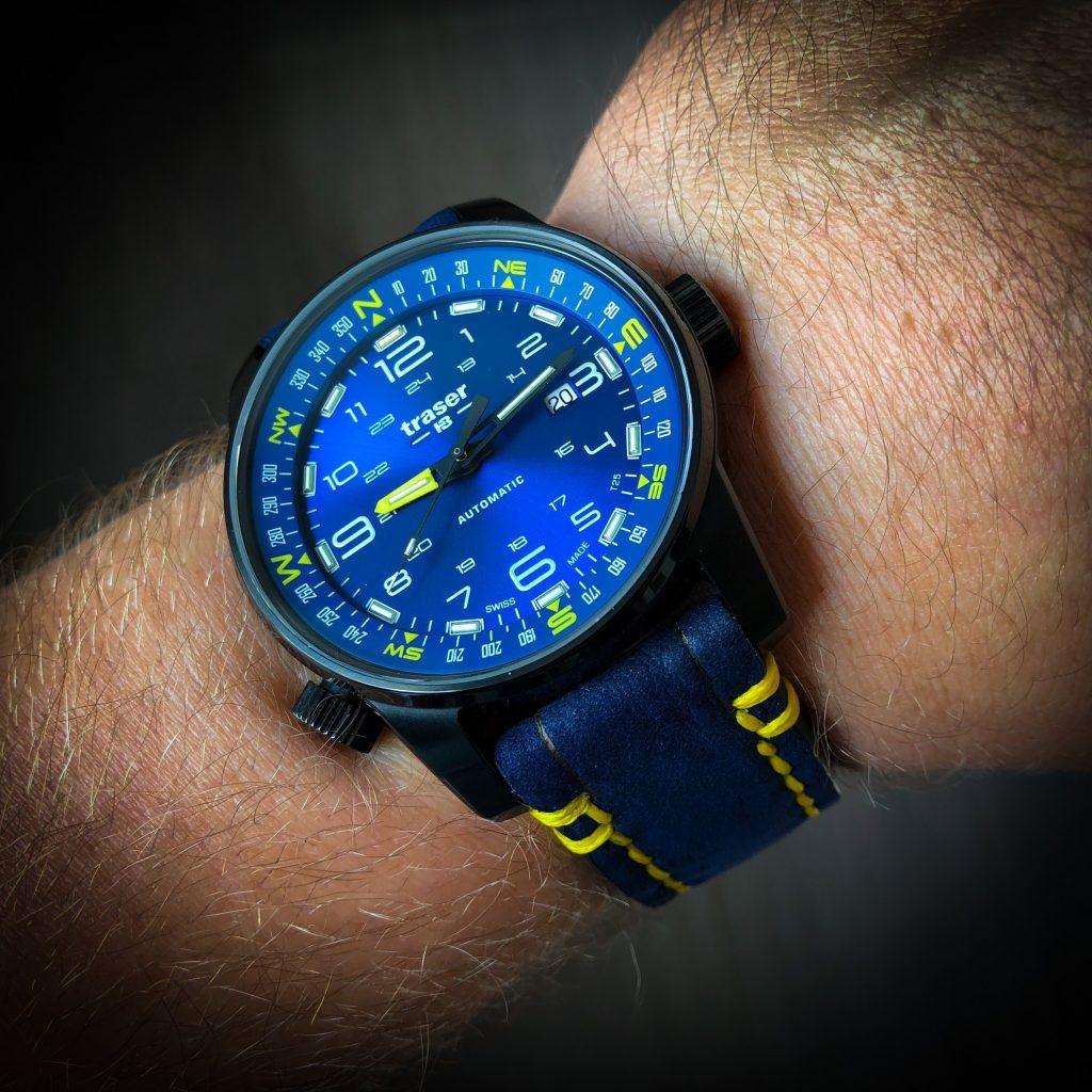 Individualisiertes blaues Lederband mit gelber Naht