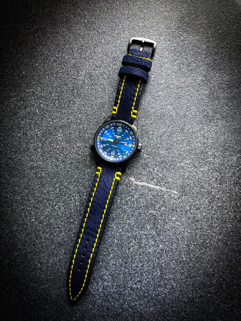 Individualisiertes blaues Uhrenarmband mit gelber Naht