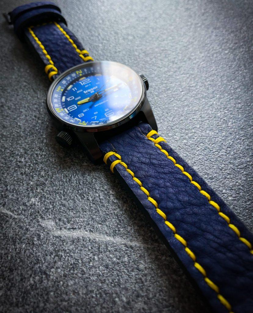 selbst gestaltetes blaues Uhrenband mit gelber Naht