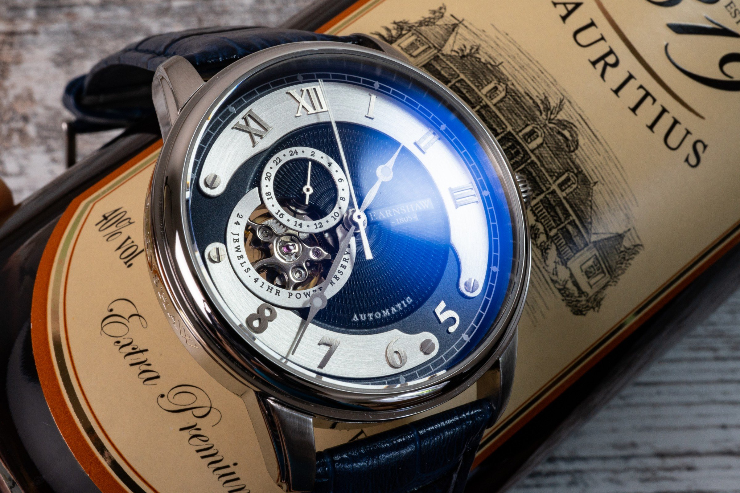 Read more about the article Thomas Earnshaw Uhr Precisto Longitude ES-8803: Dresswatch mit offener Unruh im Test
