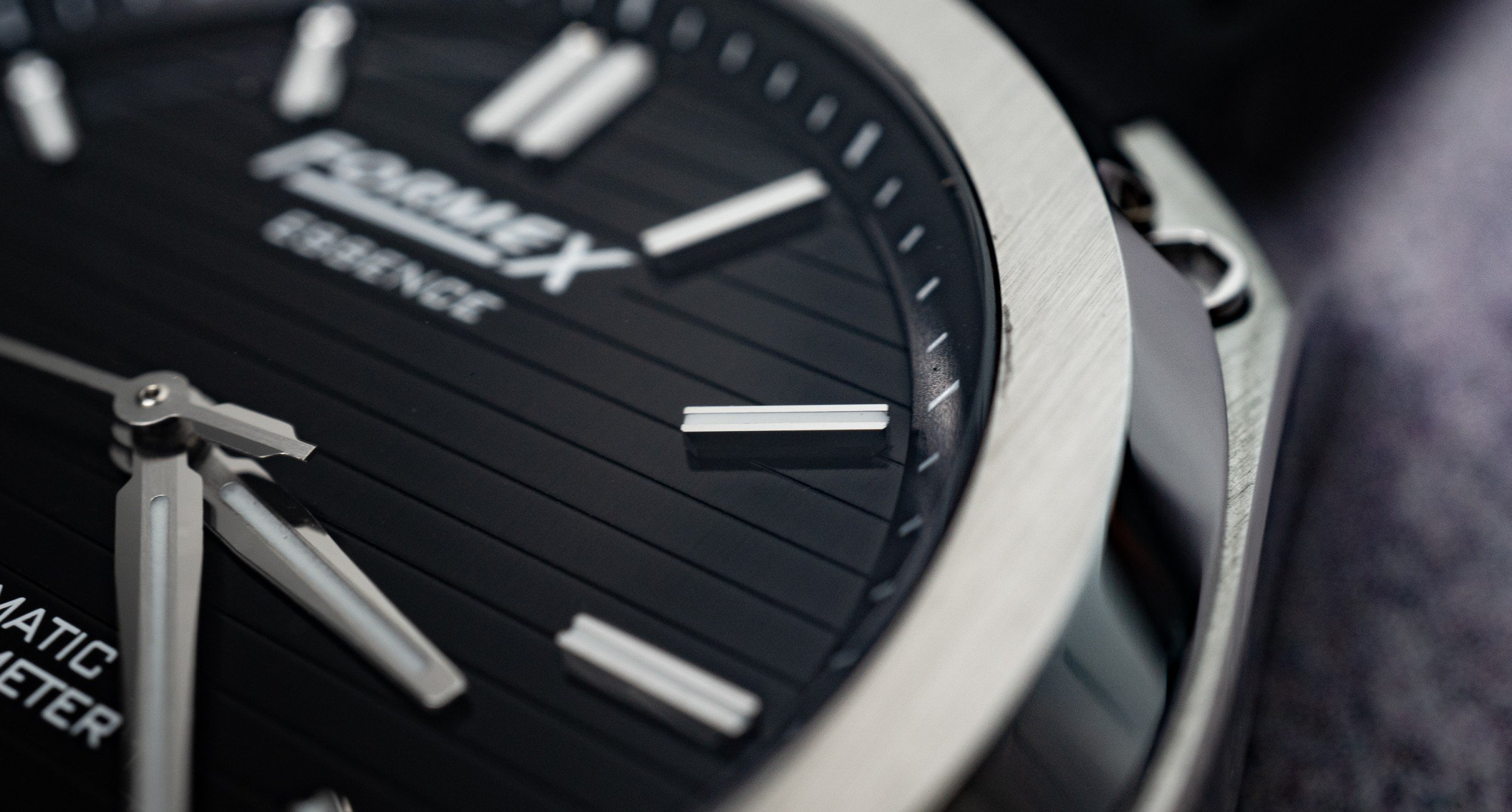 Applizierte Indexe Indizes FORMEX Essence Automatic Chronometer