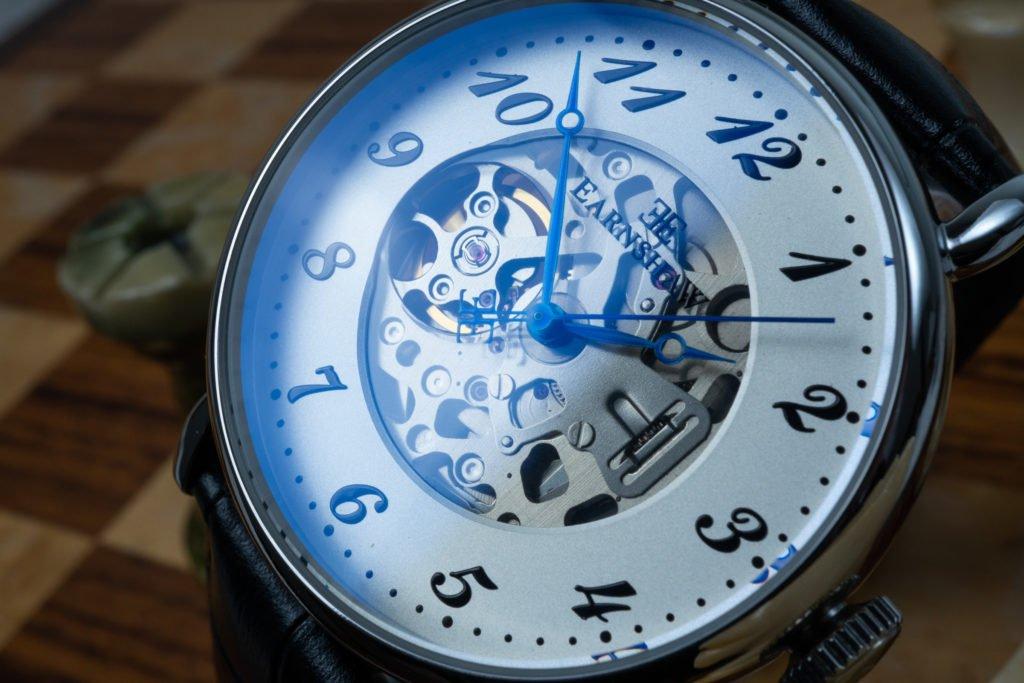 Blauer Schimmer Entspiegeltes Mineralglas Thomas Earnshaw