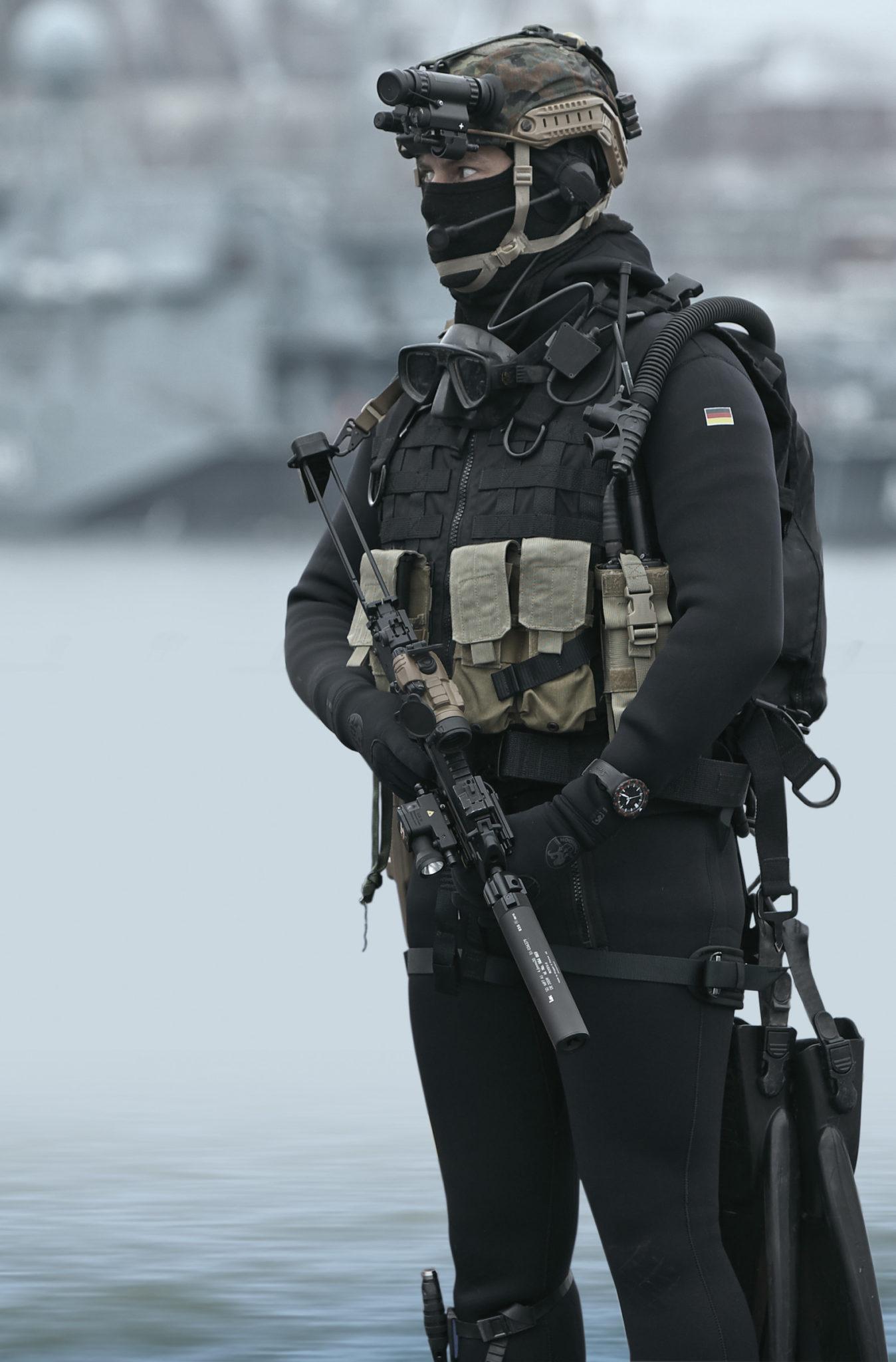 Dieses Bild hat ein leeres Alt-Attribut. Der Dateiname ist Sinn-Uhr-Kommando-Spezial-KSM-Marine-674x1024@2x.jpg