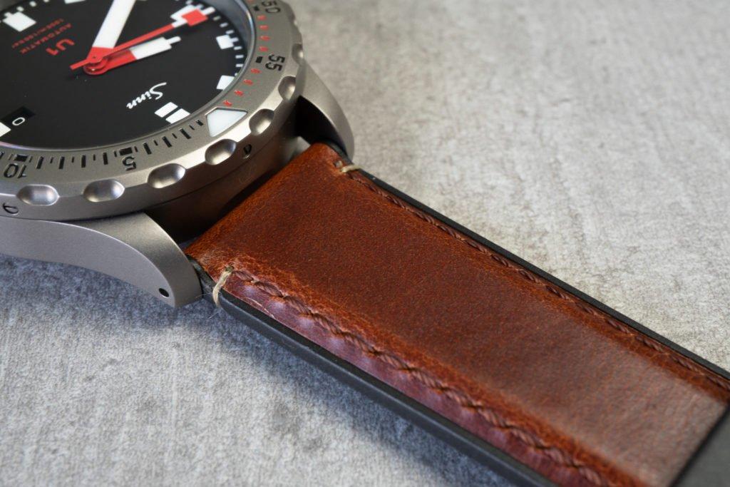 Braunes Lederband mit Kautschuk
