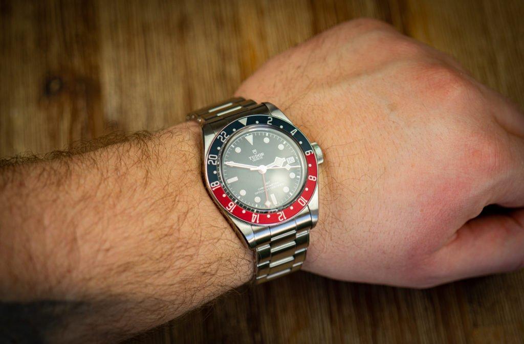 Tudor-Black-Bay-GMT-am-Handgelenk-schwer-Gewicht-Band