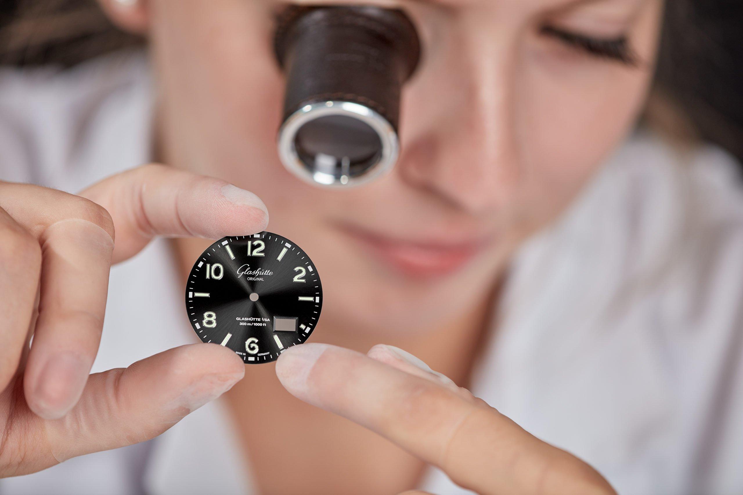 Read more about the article Wie entsteht das Zifferblatt einer Uhr? Einblicke in die Herstellung am Beispiel der Glashütte Original-Manufaktur in Pforzheim